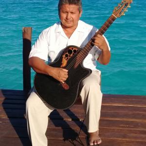 musica-con-guitarra-austera-en-cancun